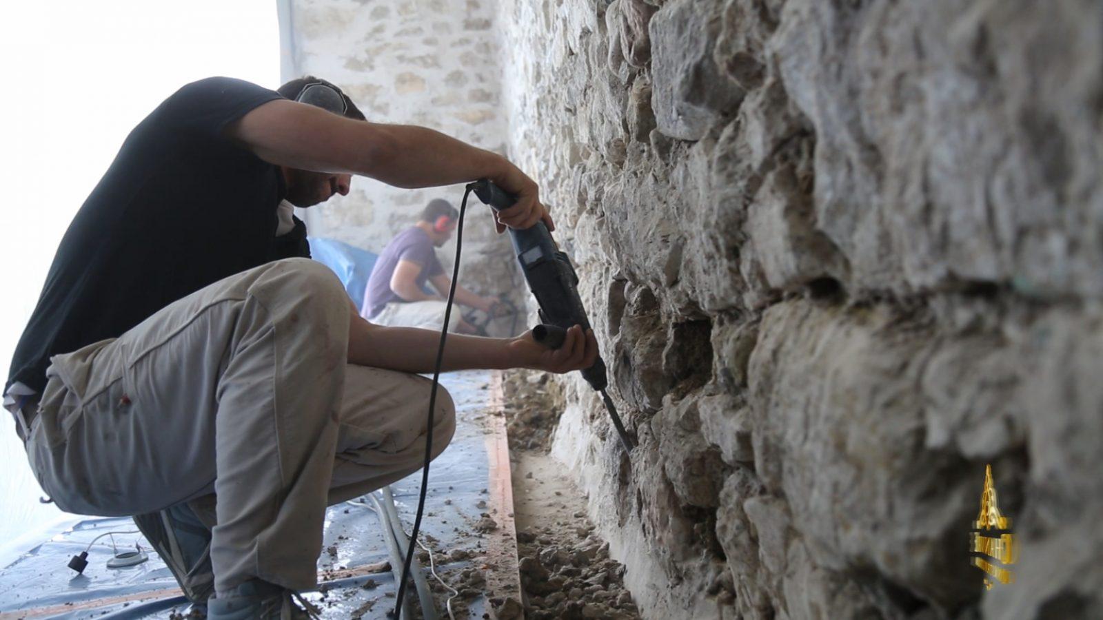decrepissage d'un mur en pierre